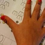 Smileys auf Finger malen